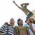 Población afro junto a la estatua de Benkos Biohó, líder de la rebelión de los negros cimarrones. CNOA