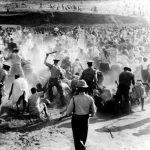 Mandela quemando su pase como protesta por la matanza